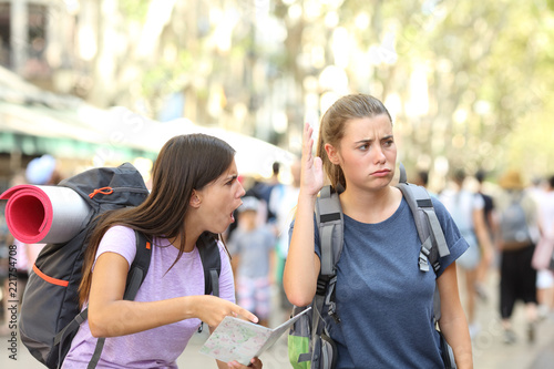 Photo  Angry backpackers arguing during vacation travel