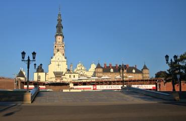 Widok Wzgórza Jasnogórskiego w Częstochowie, Polska, wieża katedry, budynki klaszoru paulinów, ołtarz zewnętrzny