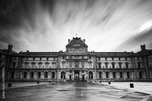 Fotografía Beautiful black and white view of the Louvre museum in Paris, France, on Februar
