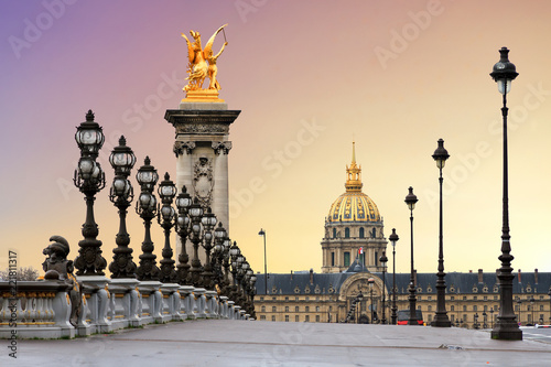 Papiers peints Ponts Beautiful sunrise at the Pont Alexandre III and Les Invalides in Paris