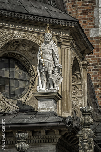 Deurstickers Historisch mon. Statue of King on the building