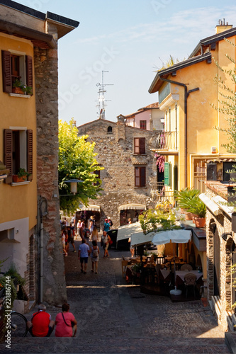 Photo sur Toile Europe Centrale Sirmione, Italy 17 August 2018: Lake Garda. Cozy cafe on the city street.