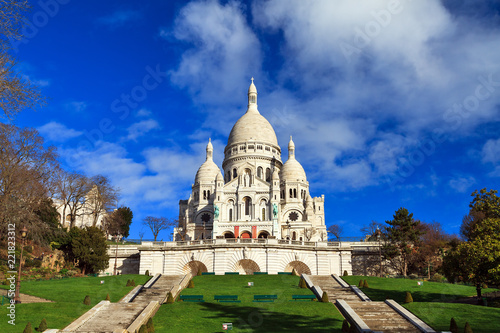 Photo  Beautiful view of the Basilica Sacre-Coeur in Paris, France, with a blue sky