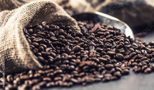 Fototapeta Zbliżenie na świeżo palone ziarna kawy w torbie do pokoju