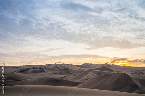 Foto  Coucher de soleil et dunes de sable dans le désert de Huacachina au Pérou Aventu