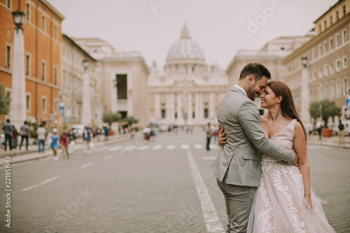 Foto  Young wedding couple by Saint Peter cathedral in Vatican