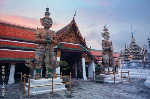 Photo  Beautiful view inside Wat Phra Keaw in Bangkok, Thailand while beautiful sky prime time