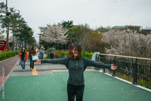 Photo  Young asian woman in blooming cherry blossoms or sakura garden with happiness in