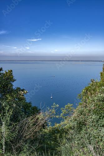 Fotografie, Obraz  Penisola di Grado e golfo di Trieste con barche a vela - panorama friuliano