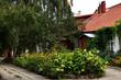 piękny stary dom otoczony wspaniałym ogrodem