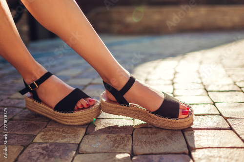 Fotografía Stylish woman wearing black summer shoes with straw sole outdoors