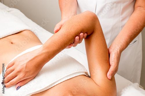 Fotografia Massage Therapist Massaging a Woman's Upper Arm