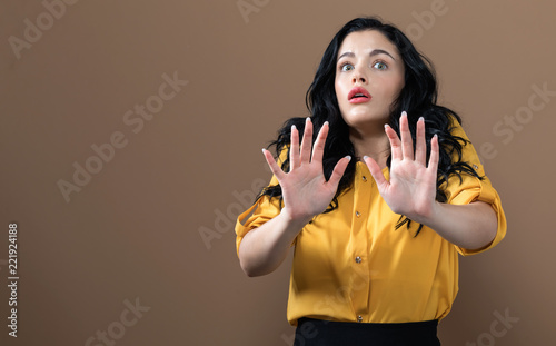 Photo  Scared young woman on a solid background