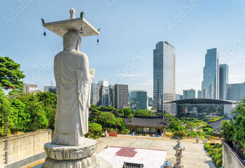 Photo sur Aluminium Seoul Scenic view of Seoul skyline from Bongeunsa Temple