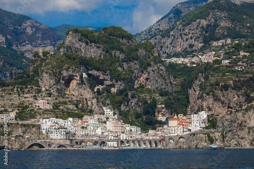 Splendida veduta della città di Atrani sul mar Tirreno, Costiera Amalfitana, Italia