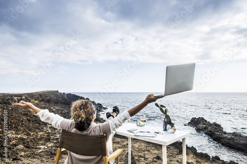 Photo Middle age woman working in aleternative office in freedom in front of the ocean with no walls and buildings around