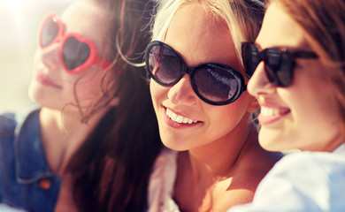 Fototapeta summer vacation, holidays, travel and people concept- group of smiling young women taking selfie on beach