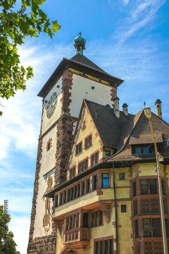 In de dag Oude gebouw View on the ancient buildings with the Schwabentor clock tower in Freiburg im Breisgau, Germany on a sunny day.