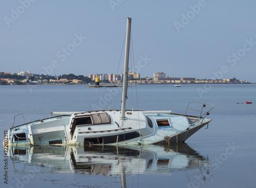 Bassin de Thau. Une épave de voilier échouée et abandonnée.
