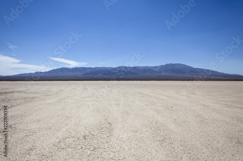 Fotografija Mojave desert dry lake with mountain backdrop near Death Valley in California