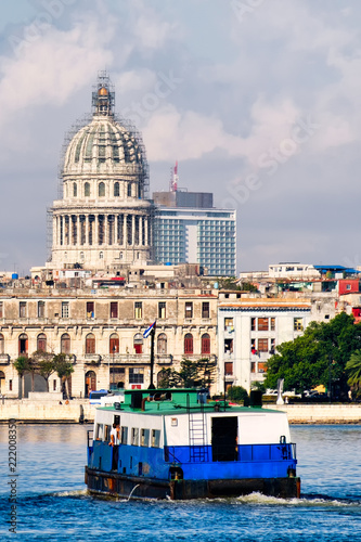 Staande foto Centraal-Amerika Landen The Capitol and an old motorboat crossing the bay in Havana