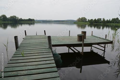Drewniany pomost nad spokojnym jeziorem