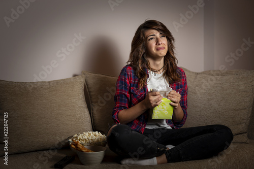 Photo Woman watching a drama movie and sobbing