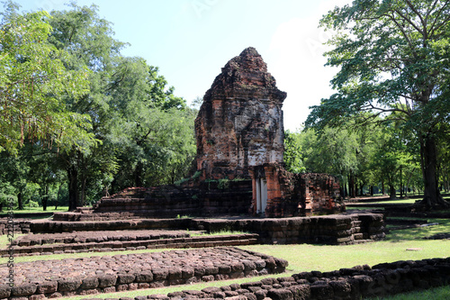 Foto  The ruin pagoda of Prang Song Phi Nong in archaeological site of Srithep ancient town in Petchaboon, Thailand