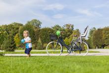 Kind Mit Retro Fahrrad Macht A...