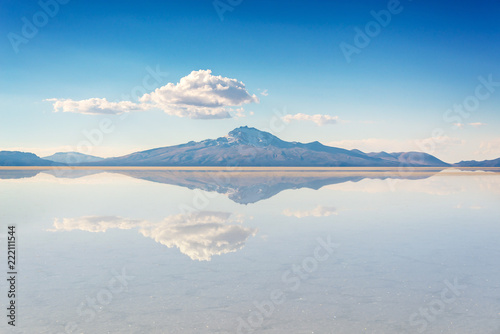 Staande foto Centraal-Amerika Landen Miror effect and reflection of mountain in Salar de Uyuni (Uyuni salt flats), Potosi, Bolivia, South America