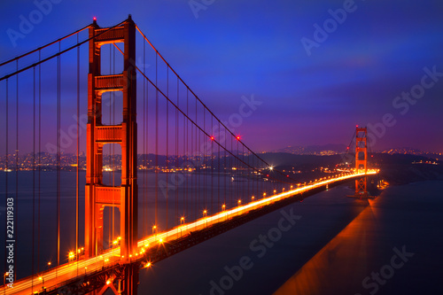 Fotografía Illuminated Golden Gate Bridge at dusk, San Francisco