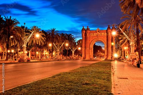 Photo Arc de Triomphe in Parc de la Ciutadella at dusk, Barcelona