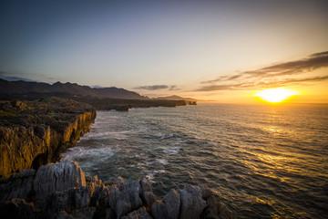 Fototapeta Atardecer mar y acantilados
