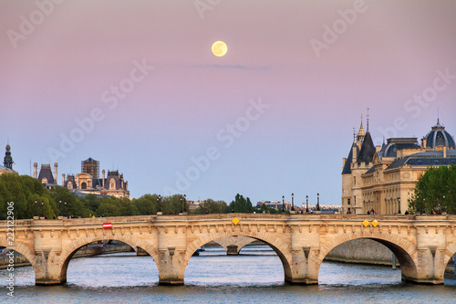 Fotografia  Full moon rise at a pink twilight over the Seine in Paris, France