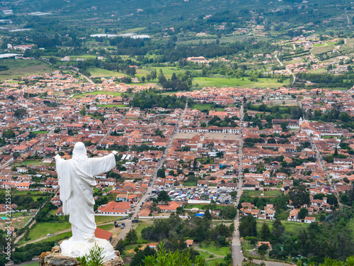 In de dag Zuid-Amerika land Villa de Leyva (Plaza Mayor) with Christ Monument from above, Colombia
