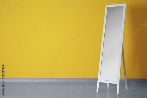 Fotografia  Large mirror near color wall