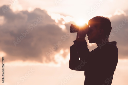 Photographie Asian man Hand Holding Binoculars / looking / watching using Binoculars with copyspace,Concept of The pursuit of profitable business in the future