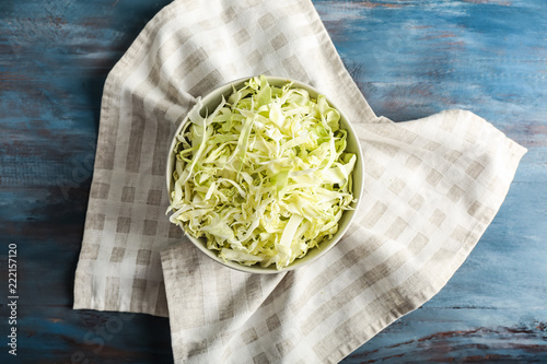 Carta da parati Bowl with shredded cabbage on wooden table