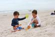 canvas print picture - Kinder spielen am Strand