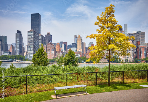 Foto op Plexiglas Amerikaanse Plekken Footpath on the Roosevelt Island, Manhattan in background, New York City, USA.