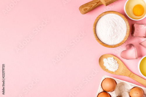 Photo Ingredients and utensils for baking on a pastel background.