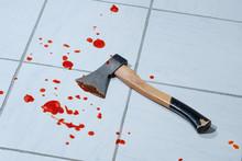 Blutflecken Und Axt Am Boden: Axtangriff