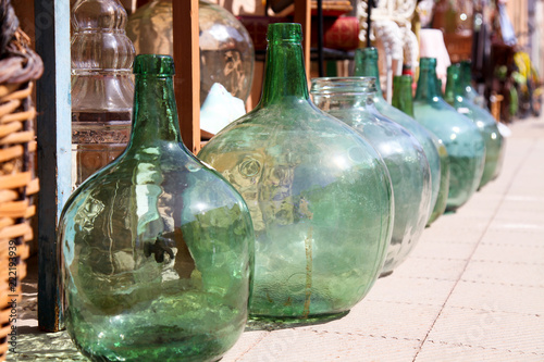 Fotografia Antique old demijohns and drinks vessels in the Mediterranean