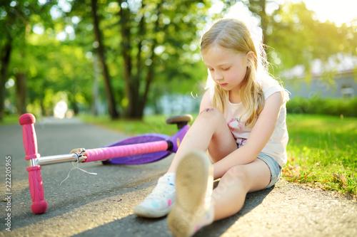 little girl sit ground 123RF.com