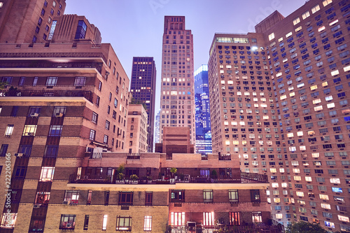 Foto op Plexiglas Amerikaanse Plekken Manhattan buildings at night, color toning applied, New York City.