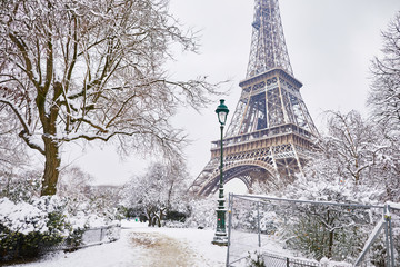 Fototapeta Paryż Scenic view to the Eiffel tower on a day with heavy snow