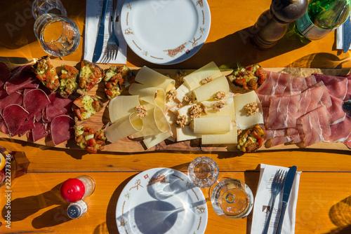 Walliser Käse- und Trockenfleisch-Platte in Restaurant