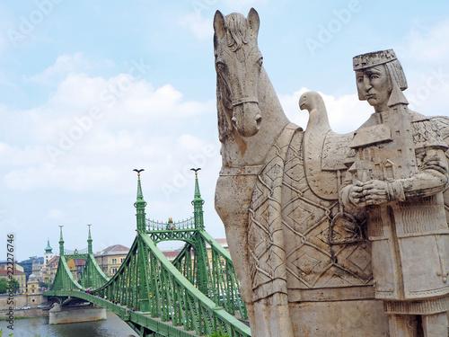 Tuinposter Historisch mon. Budapest, die Freiheitsbrücke und das St. Stephen Denkmal über dem Gellért Platz