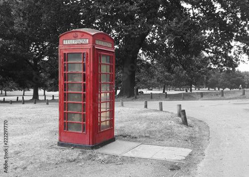 Papiers peints Rouge, noir, blanc red telephone box