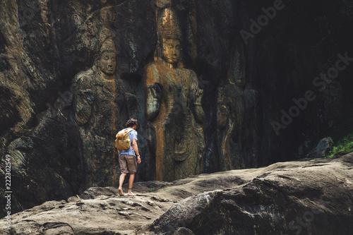 Fotografia  Homme voyageur au temple de Buduruvagala Statue en Pierre Sri Lanka